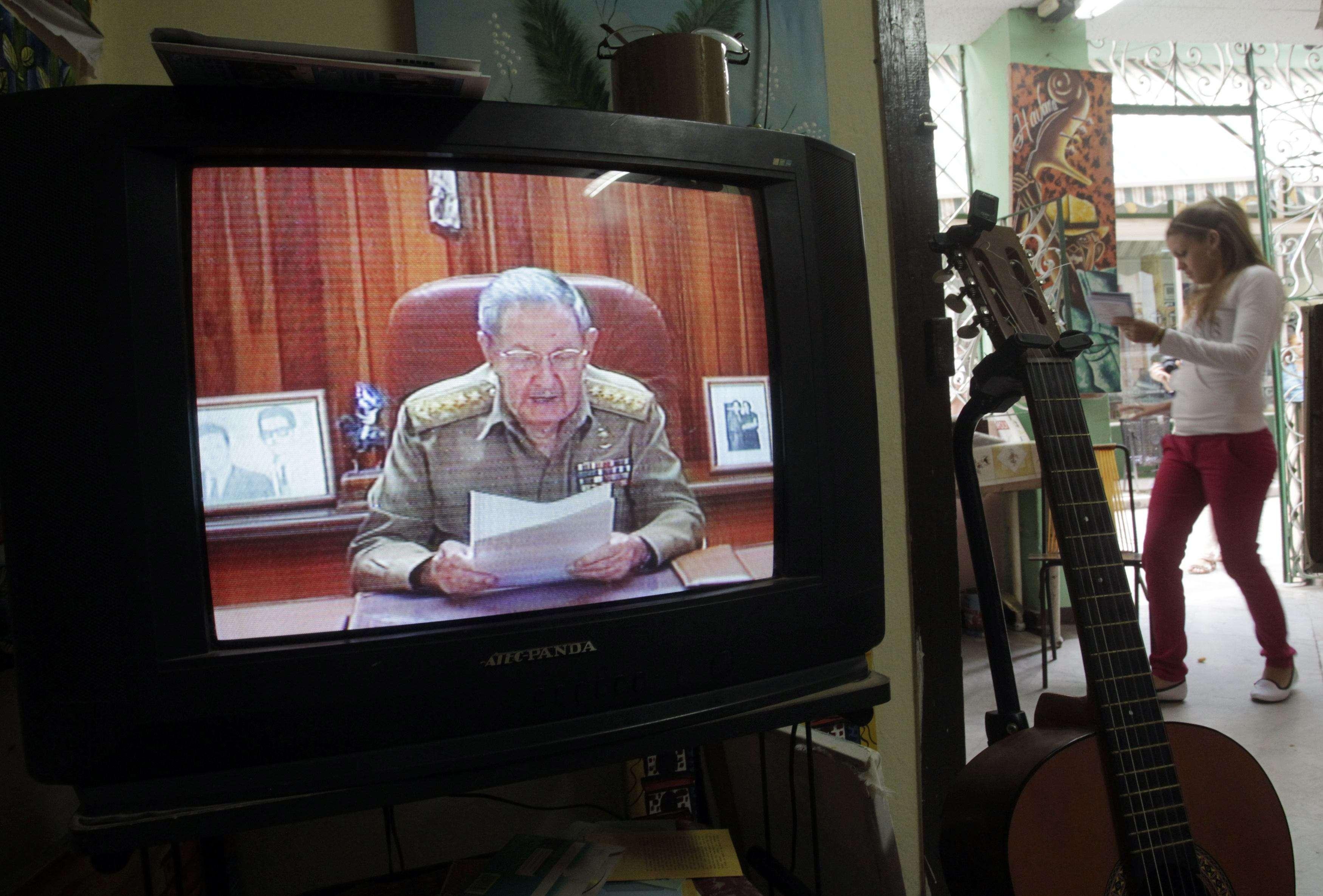 Una TV en Habana muestra la imagen del presidente Raúl Castro anunciando el restablecimiento de las relaciones entre Cuba y Estados Unidos. Foto: Reuters en español