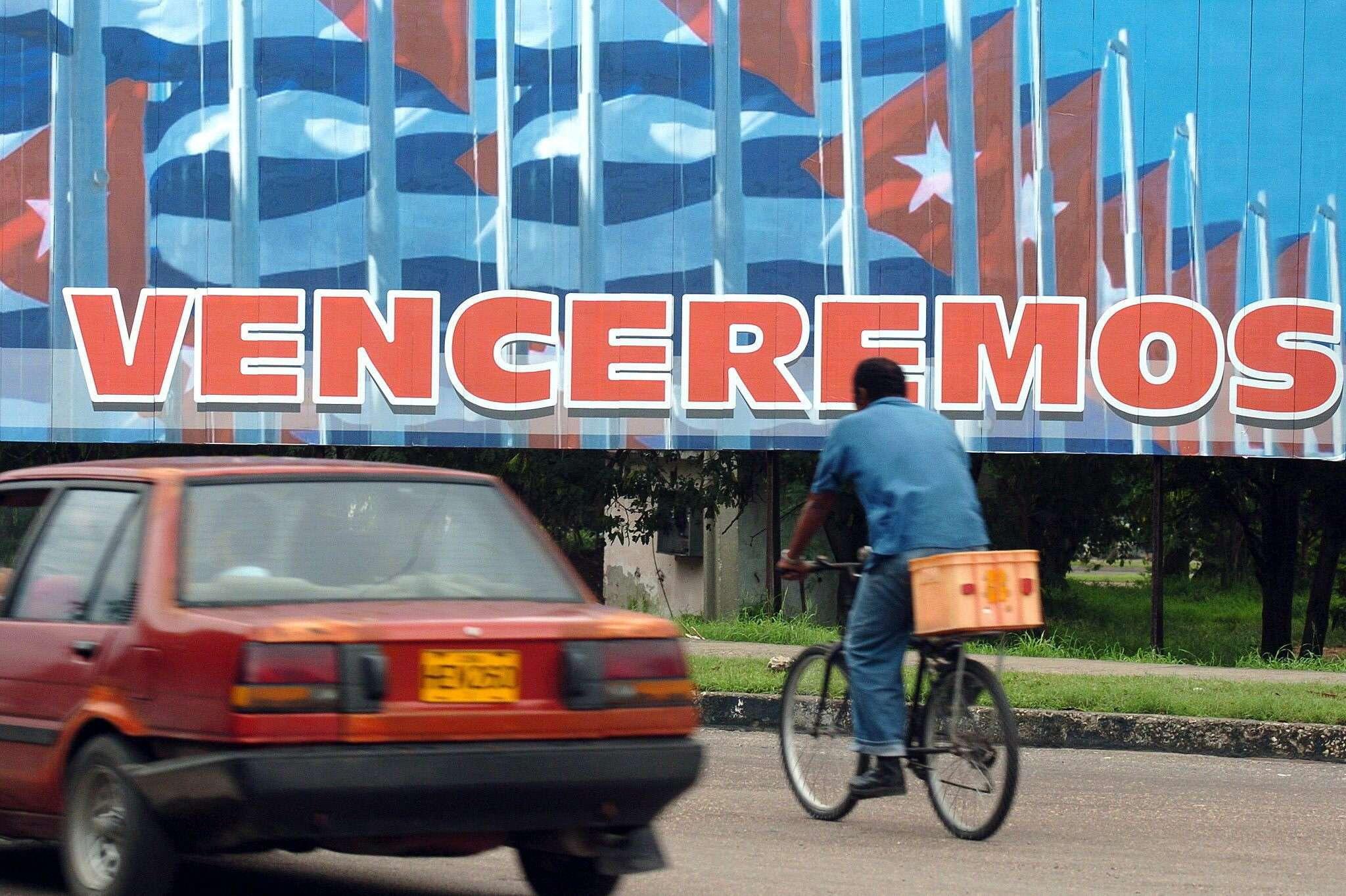 Foto de archivo, fechada en La Habana (Cuba) el 26 de diciembre de 2006, en la que figura un cartel alegórico a la revolución cubana. Barack Obama, ha ordenado hoy iniciar un diálogo inmediato con Cuba para restablecer las relaciones diplomáticas entre ambos países, rotas desde 1961. Foto: EFE en español
