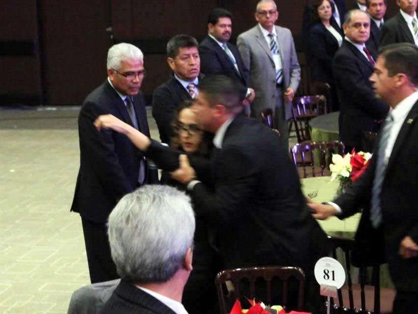 Tras el suceso, el presidente continuó saludando a los invitados a la ceremonia del Consejo Nacional Agropecuario. Foto: Reforma/Julio Candelaria