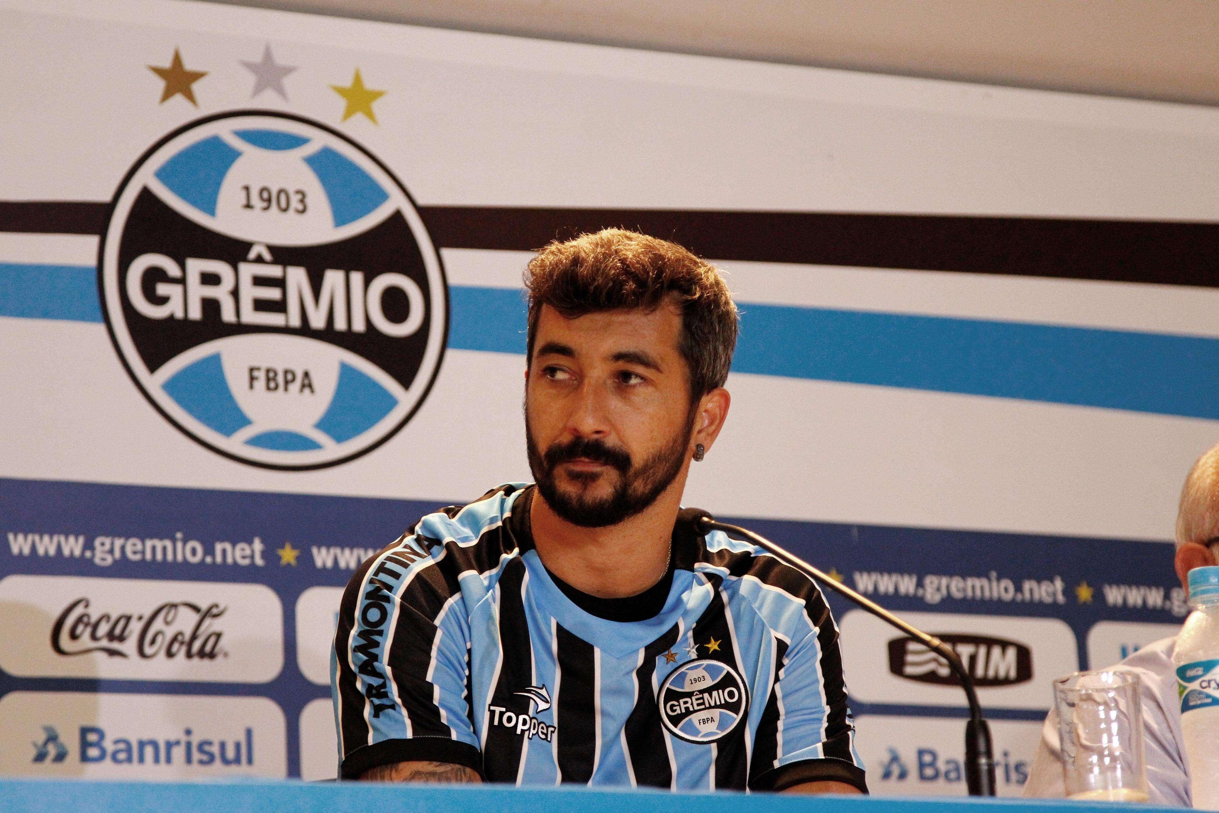 Douglas volta a vestir a camisa do Grêmio Foto: Rodrigo Fatturi / Grêmio/Divulgação