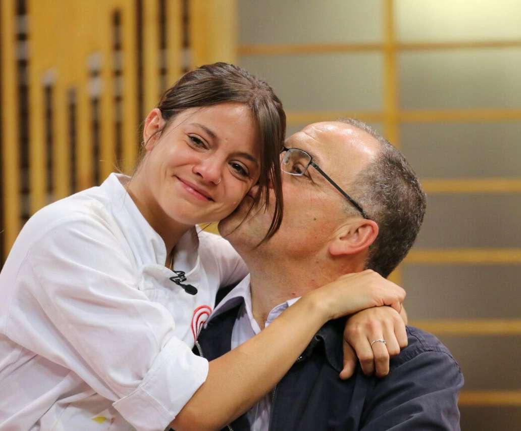 Elisa abraça o pai ao final do programa Foto: TV Bandeirantes /Divulgação