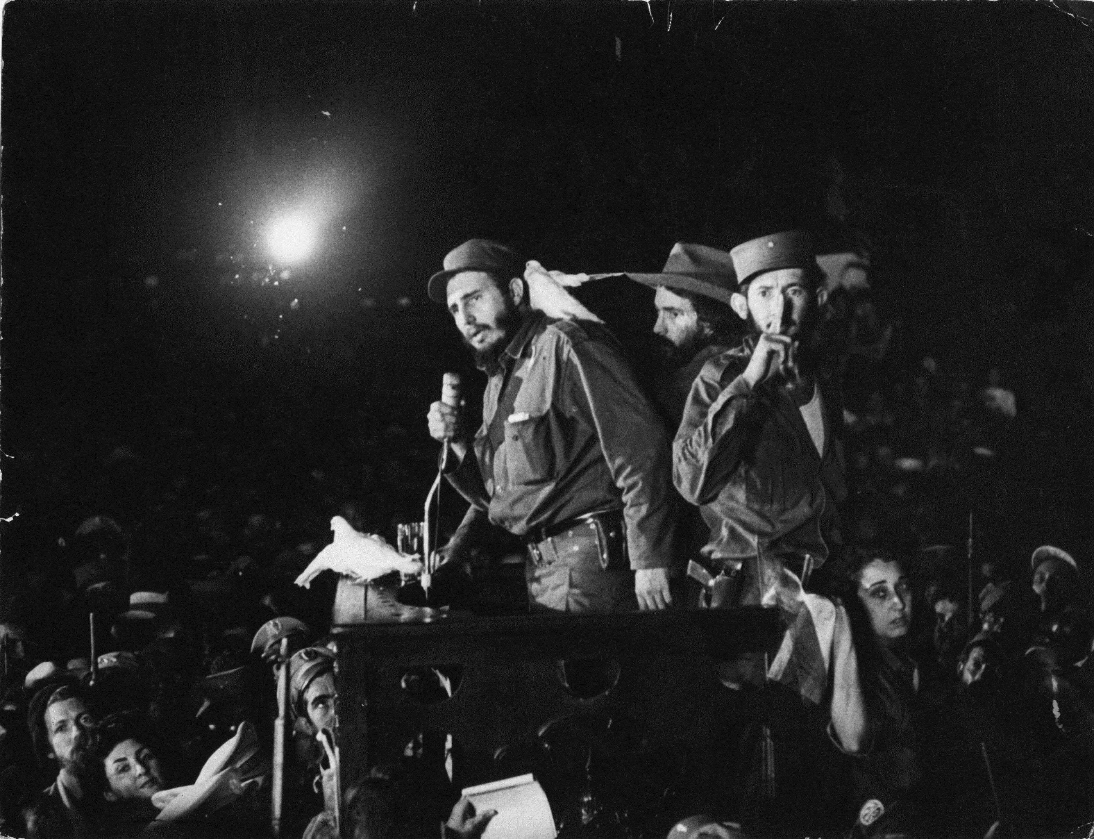 En esta foto de archivo del 8 de enero de 1959, Fidel Castro habla a en la base militar Columbia, hoy Ciudad Libertad, en Cuba. Foto: AP en español