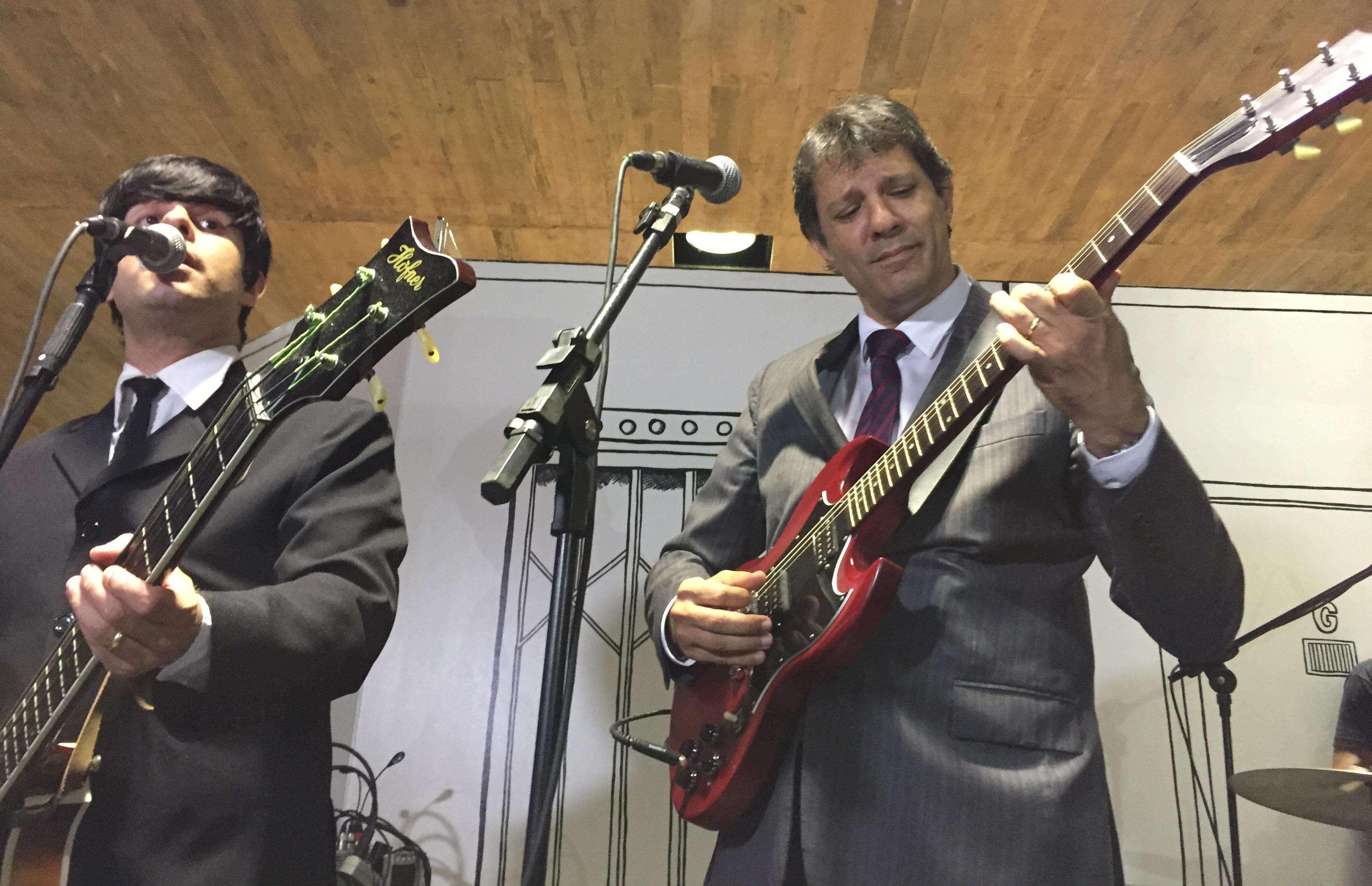 SP: Haddad toca música dos Beatles em abertura de exposição Foto: Paulo Pinto / Fotos Públicas/Divulgação
