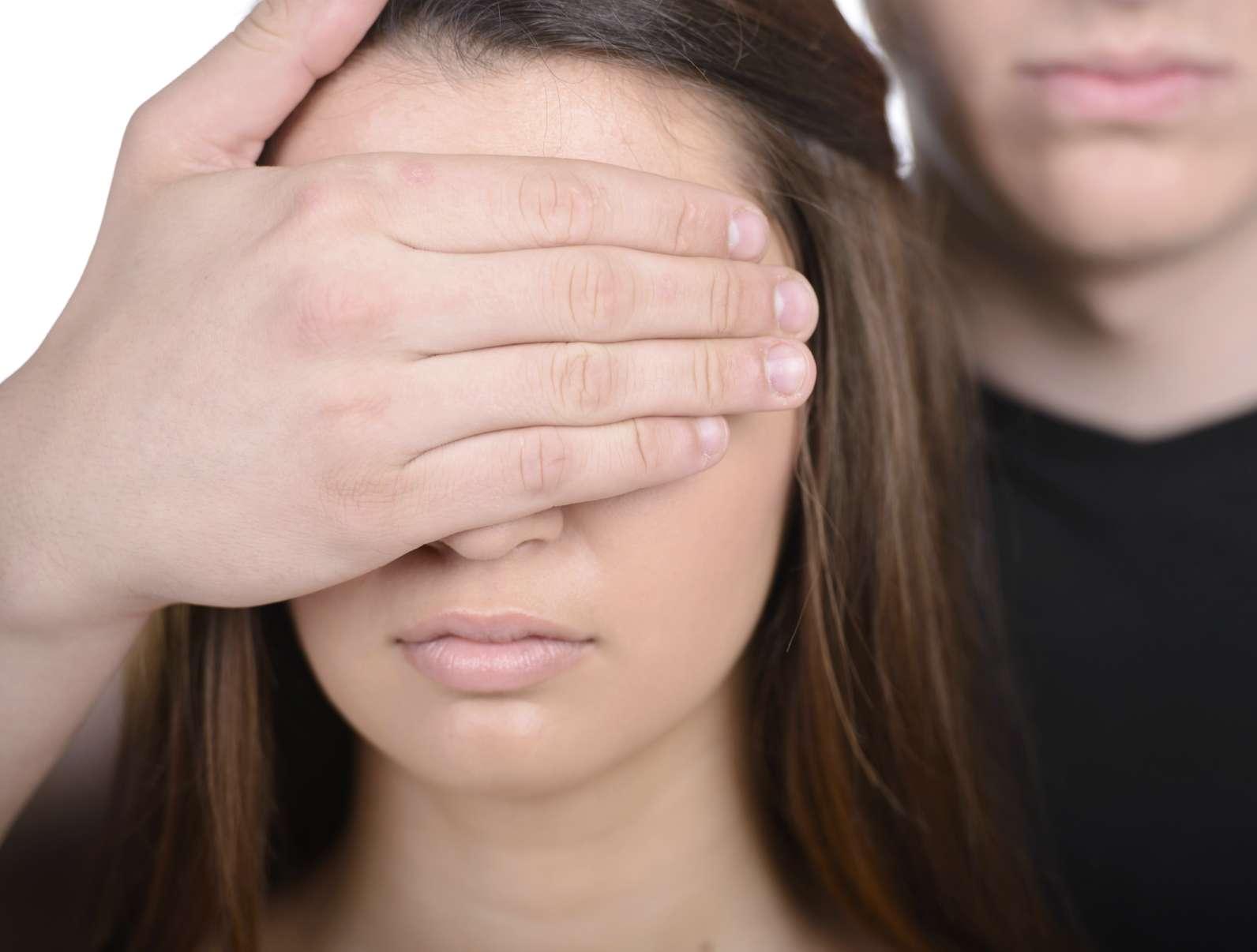Los violadores buscan mujeres que luzcan distraídas. Foto: iStock