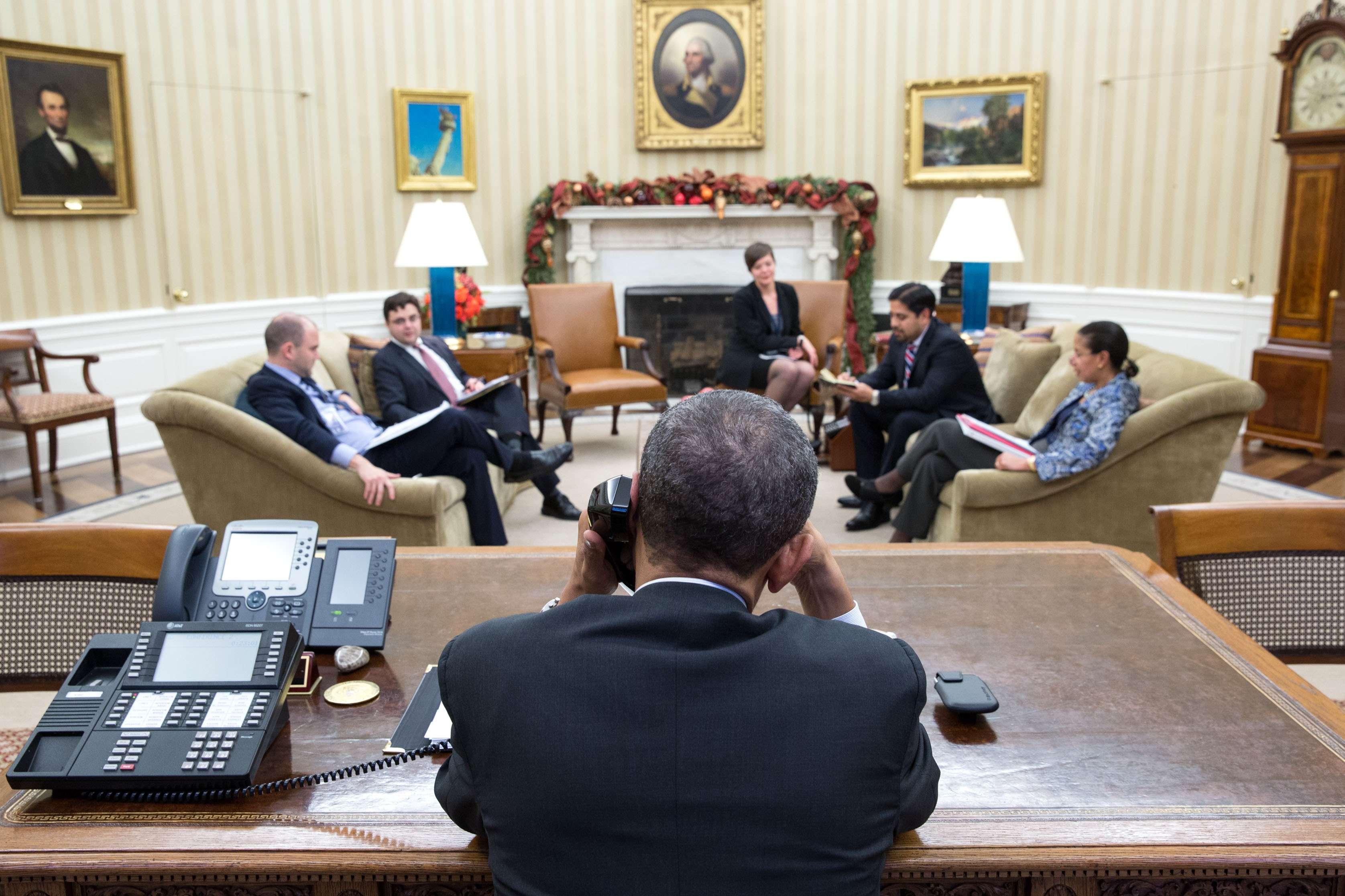 Presidente dos Estados Unidos, Barack Obama, fala ao telefone com o presidente de Cuba, Raúl Castro; o motivo da ligação foi a retomada das relações diplomáticas entre Estados Unidos e Cuba, depois de mais 50 anos Foto:  Pete Souza / TWH/Fotos Públicas