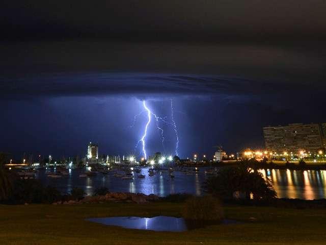 09-febrero-2014.- Los rayos caen detrás del Puerto del Buceo durante una tormenta eléctrica en Montevideo, Uruguay. Foto: AFP en español