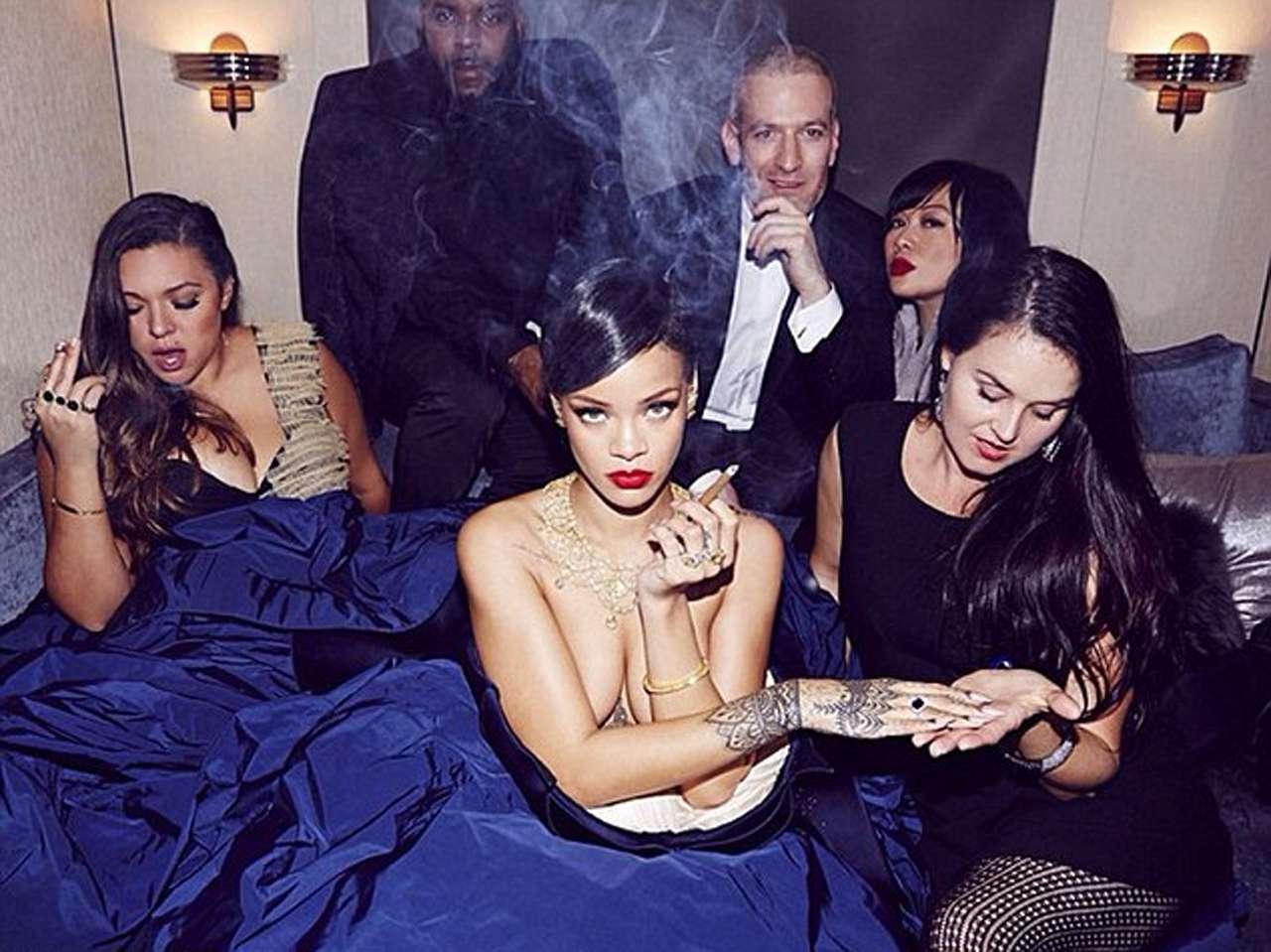 Rihanna se hizo rodear de su equipo para la sensual imagen. Foto: Instagram.com/badgalriri