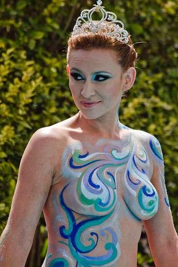 En el hotel O'Higgins se realizó el tradicional piscinazo de la reina del Festival de Viña del Mar 2014 Sigrid Alegria quien sorprendió a todos con un cuerpo pintado. Foto: Agencia Uno
