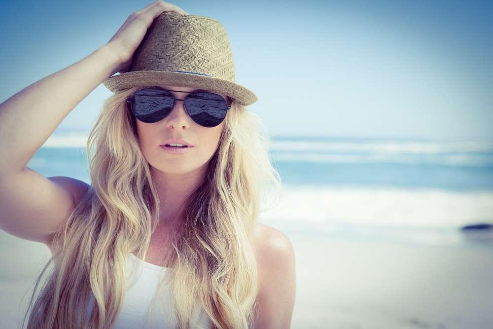 Acessórios como chapéu e lenço combinam com o verão, mas o uso excessivo pode prejudicar os fios Foto: wavebreakmedia/Shutterstock