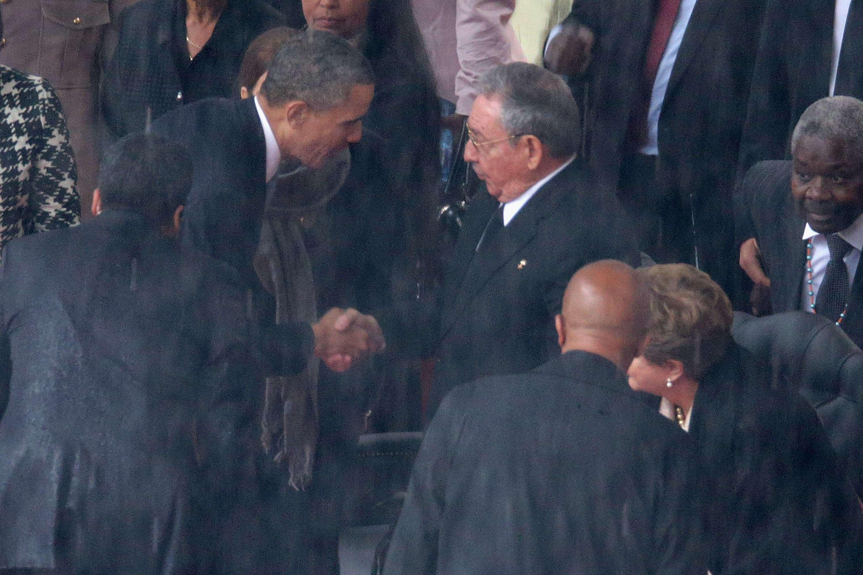 El martes 10 de diciembre de 2013 se dio el estrechón de manos entre los presidentes de Estados Unidos y Cuba, Barack Obama y Raúl Castro en el funeral de Nelson Mandela en Sudáfrica. Foto: Getty Images