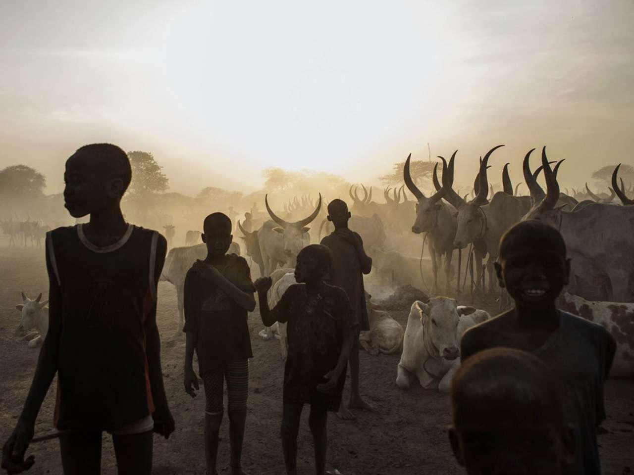 12-febrero-2014.- Niños sudaneses del sur de la etnia dinka en la localidad de Yirol, en el centro de Sudán del Sur. Ban Ki-moon condenó el 12 de febrero el uso de bombas de racimo en la guerra en el sur de Sudán. Foto: AFP en español