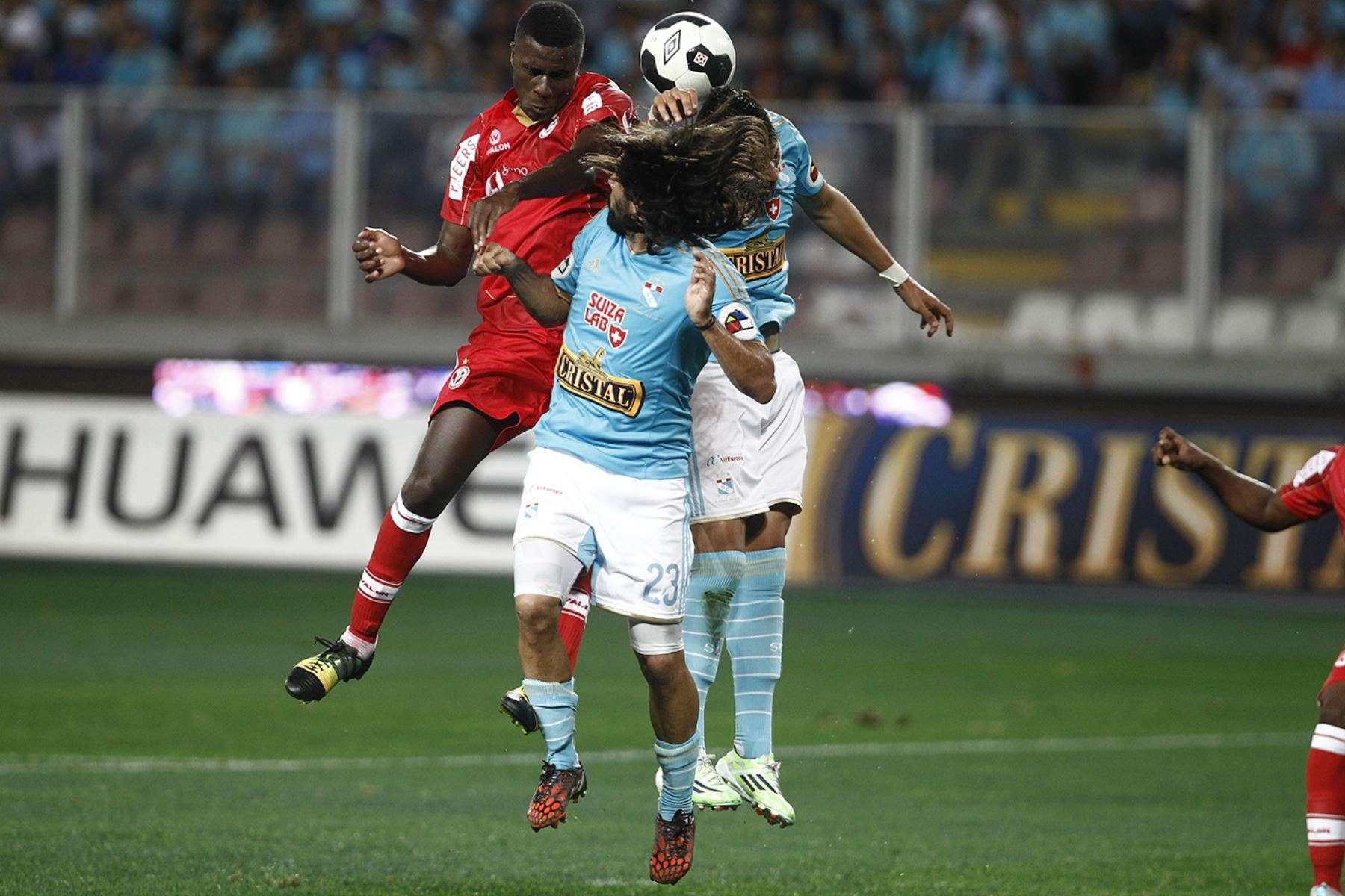 Christian Ramos pelea el balón con Jorge Cazulo. Foto: Andina