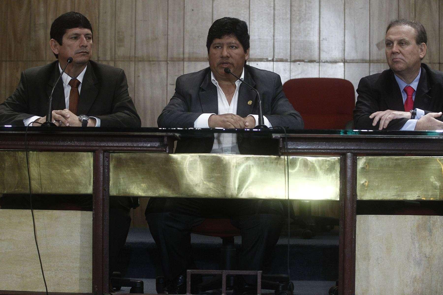 Edwin Oviedo, presidente electo de la FPF, flanqueado por su vicepresidente Agustín Lozano y el exárbitro Alberto Tejada. Foto: Andina