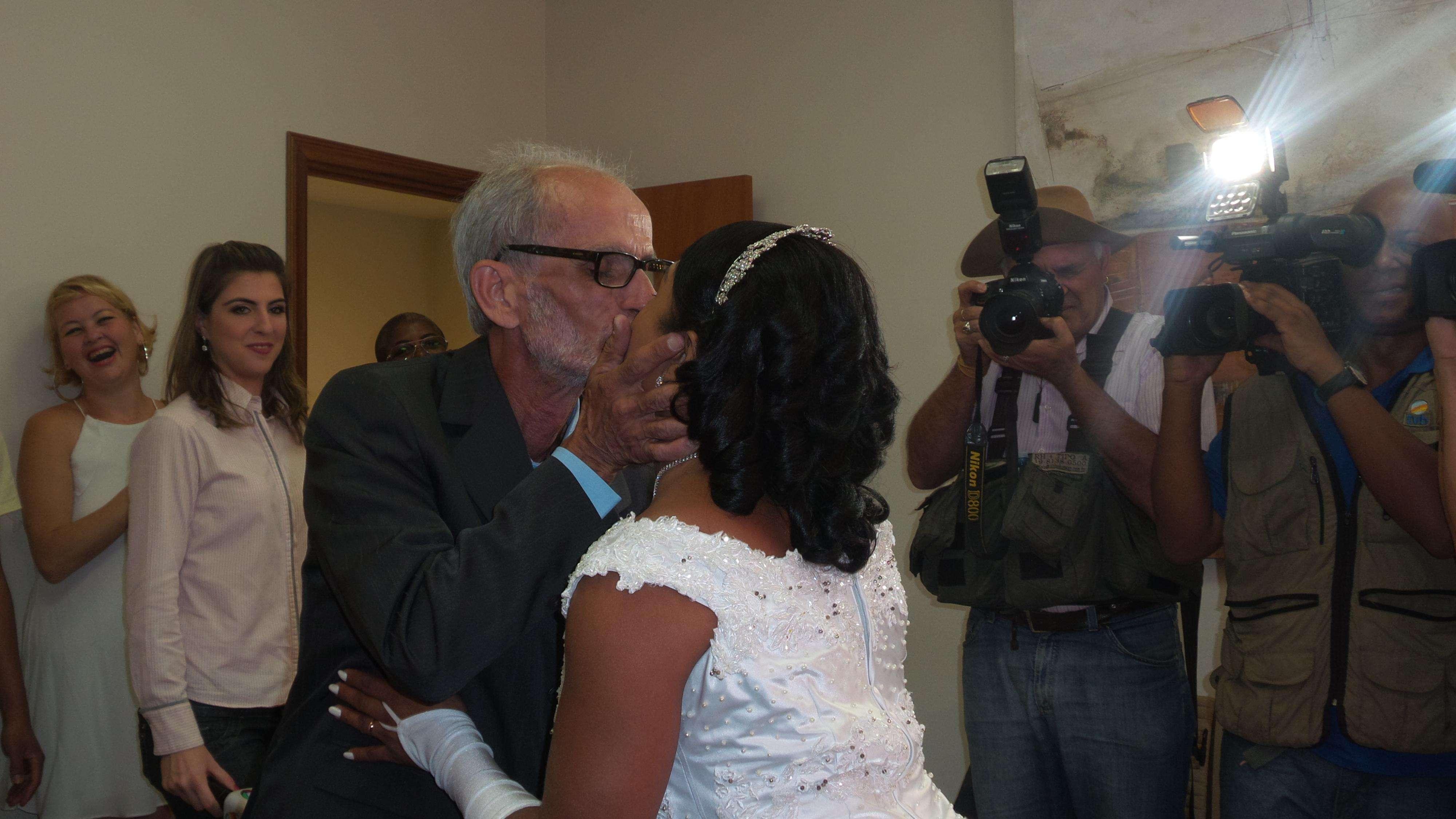 O casal Wagner Fernandes, 60 anos, e Paola Fernandes, de 36, oficializou a união de seis anos. É o quarto casamento dele - o primeiro com uma travesti Foto: Janaina Garcia/Terra