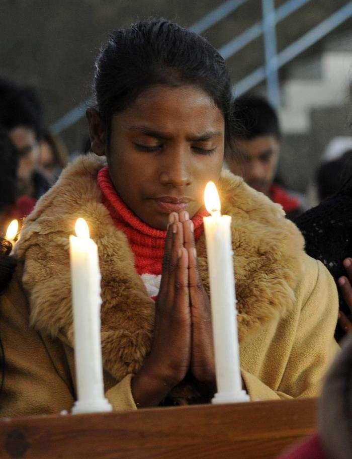 Miembros de la minoría cristiana en Pakistán encienden velas. Foto: EFE en español