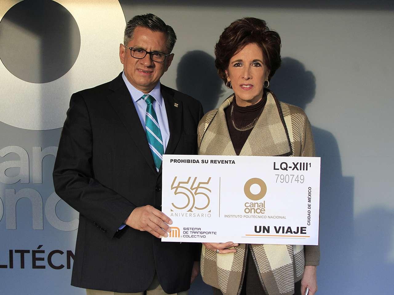 El director general del Sistema de Transporte Colectivo Metro entregó un boleto en gran formato a la directora de Canal Once. Foto: Canal Once