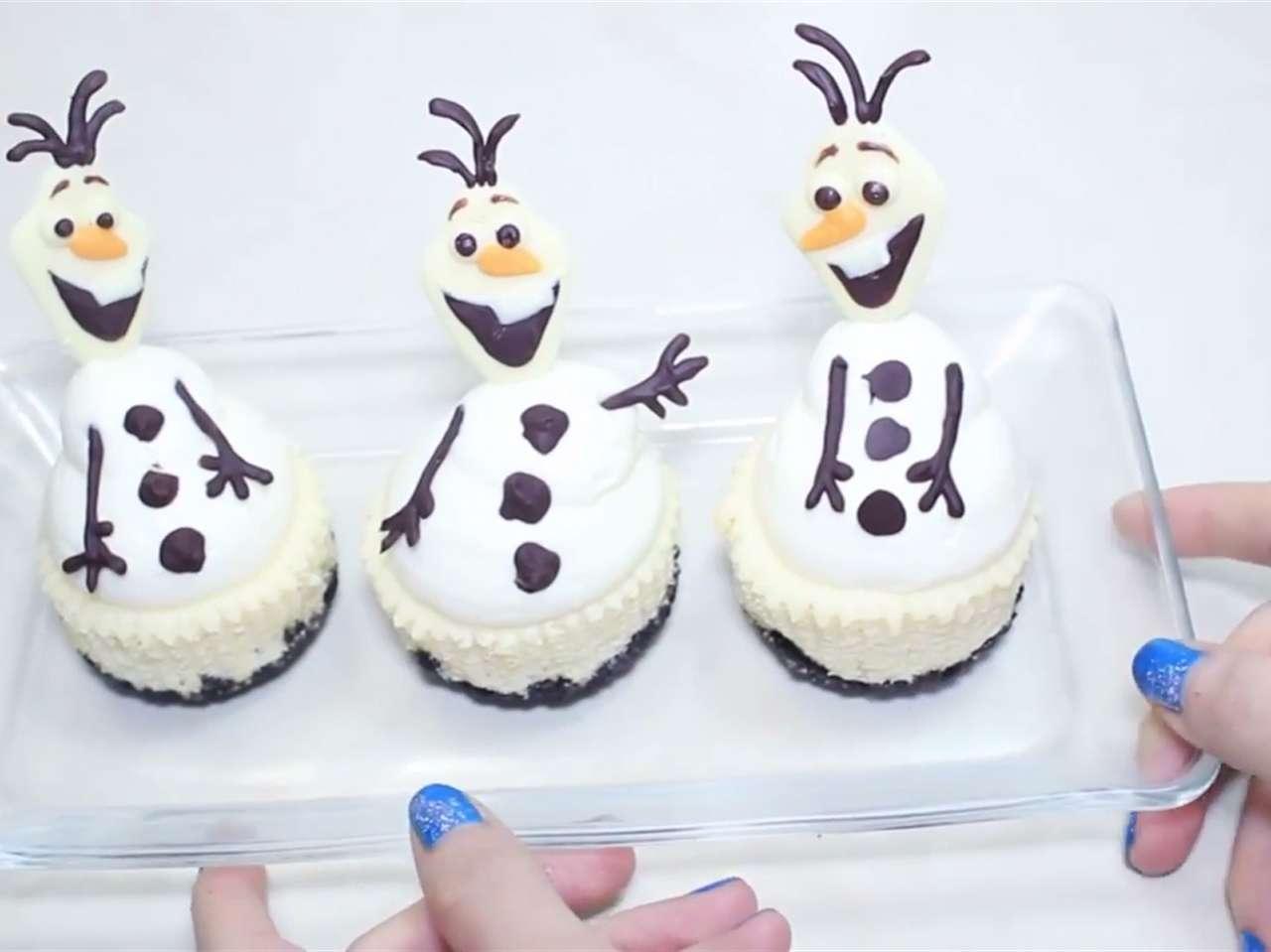 Prepara cupcakes en forma de muñeco de nieve de 'Frozen' Foto: Youtube/Miranda Ibanez