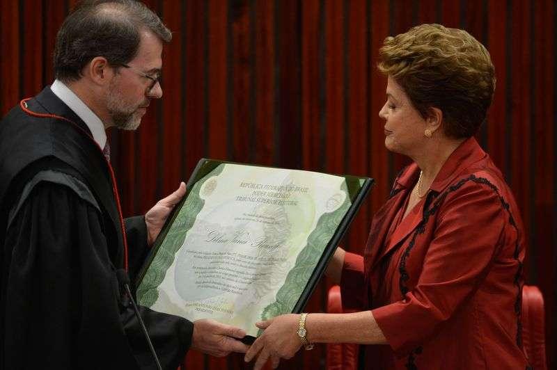 O presidente do TSE, Dias Toffoli, diploma a presidenta reeleita Dilma Rousseff Foto: Valter Campanato/Agência Brasil