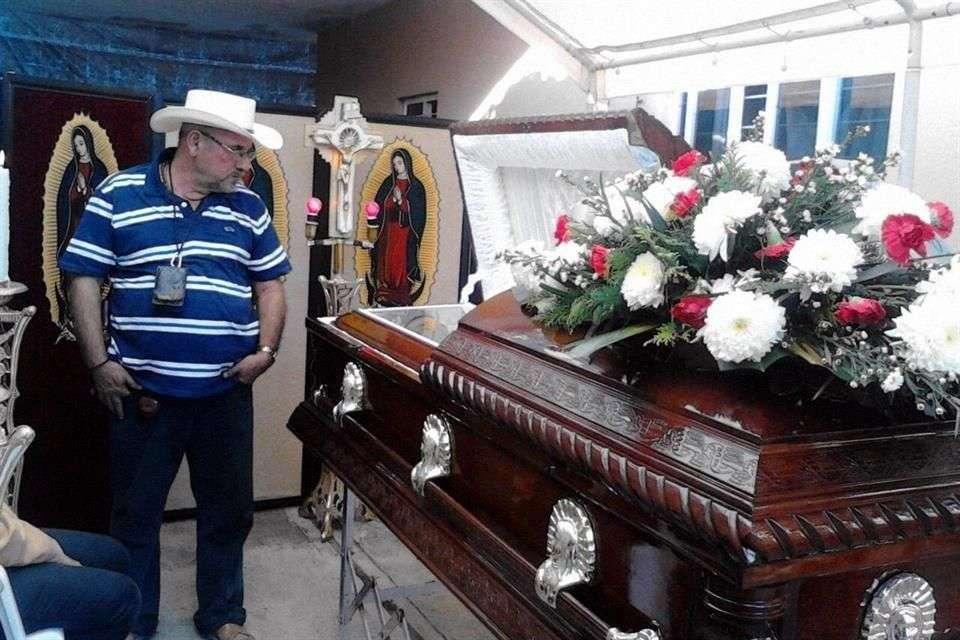 Hipólito Mora, fundador de los grupos de autodefensa, vela esta mañana el cuerpo de su hijo en La Ruana, en el Municipio de Buenavista Tomatlán, abatido a balazos la tarde del martes en un enfrentamiento que dejó 11 muertos. Foto: Quadratín