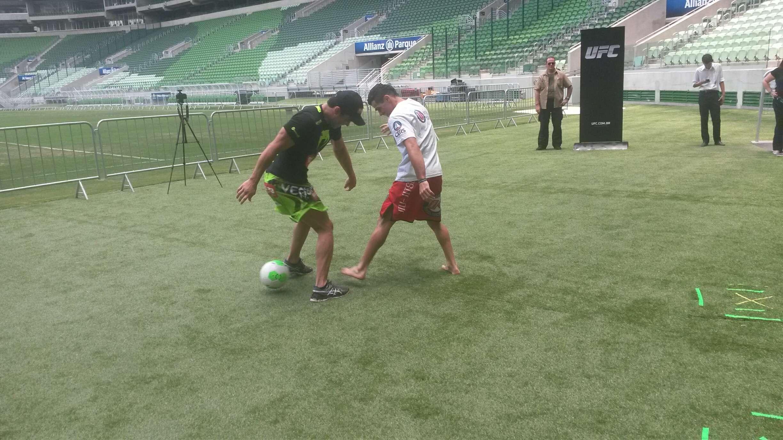 Lyoto e Barão mostraram alguma habilidade com a bola Foto: Allan Brito/Terra