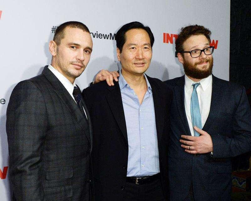 "Atores James Franco, Charles Rahi Chun e Seth Rogen posam na première de ""A Entrevista"" em Los Angeles. 11/12/2014 Foto: Kevork Djansezian/Reuters"