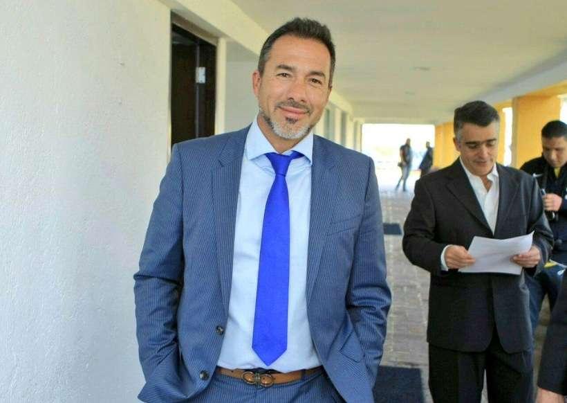 Gustavo Matosas camina por las instalaciones de Coapa rumbo a su presentación como técnico de América. Foto: Club América.
