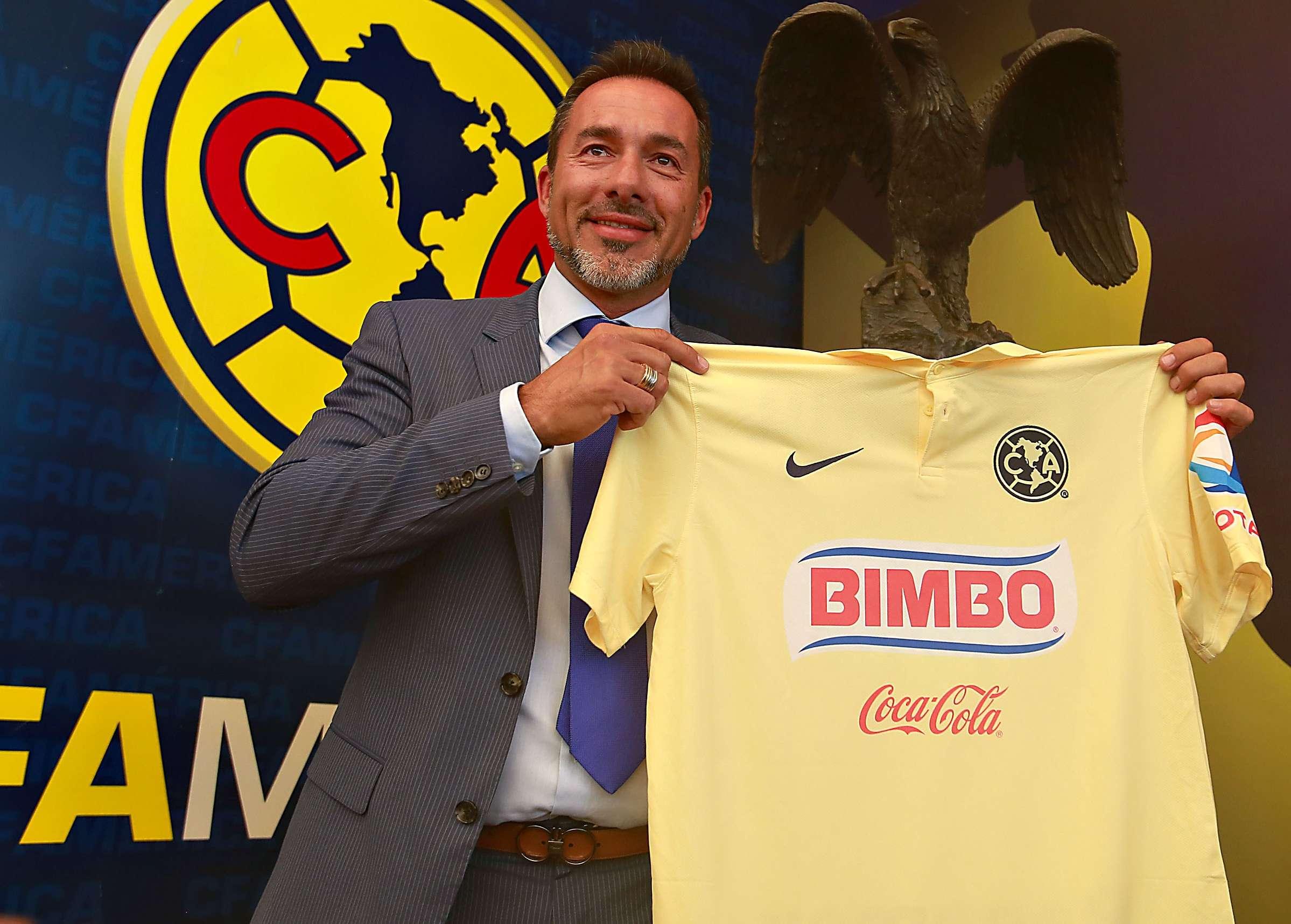 Gustavo Matosas en la foto oficial con la camiseta de América. Foto: Imago7