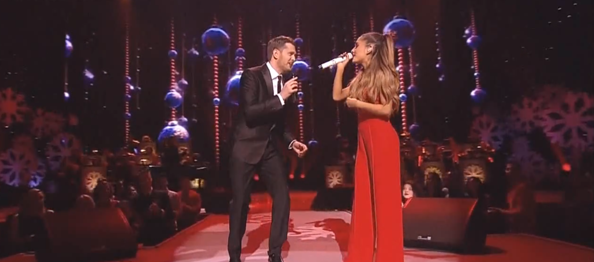 Michael Bublé y Ariana Grande cantaron el clásico navideño 'Santa Claus Is Coming to Town'. Foto: Dailymotion/IdolxMuzic
