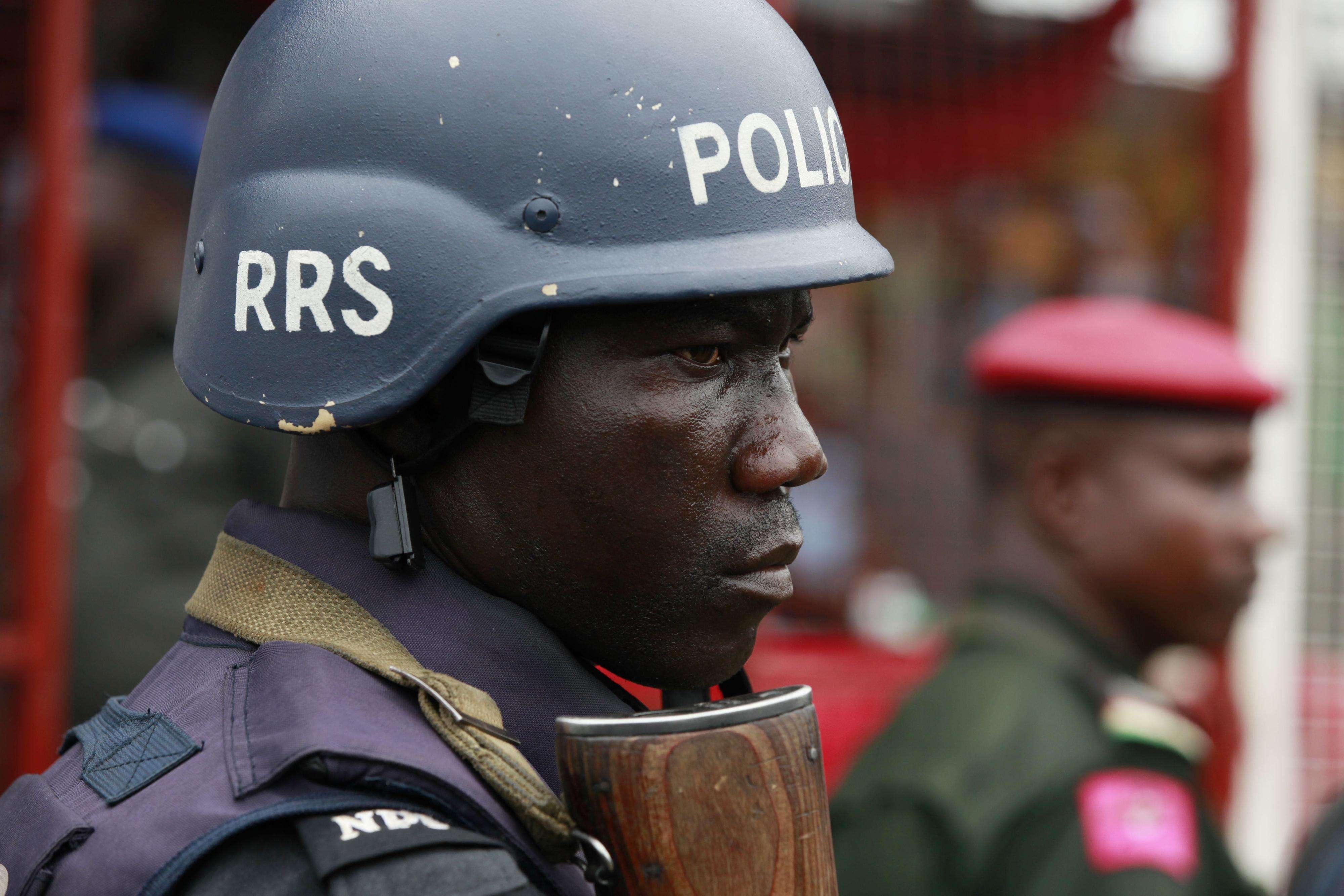 Un agente policial durante una manifestación por el secuestro de niñas a manos de extremistas en Lagos, Nigeria. (Foto de archivo) Foto: AP en español