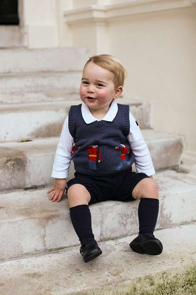 En su más reciente aparición ante las cámaras, el adorable principito George luce como un digno representante de la realeza británica. Muestra un look muy inglés y una sonrisa que cautiva. Foto: Getty Images