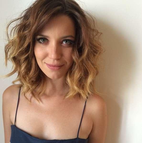 O ombré hair com long bob de Nathália Dill criou o visual romântico da personagem Laura em 'Alto Astral' Foto: @mbiaggi/Reprodução/Instagram