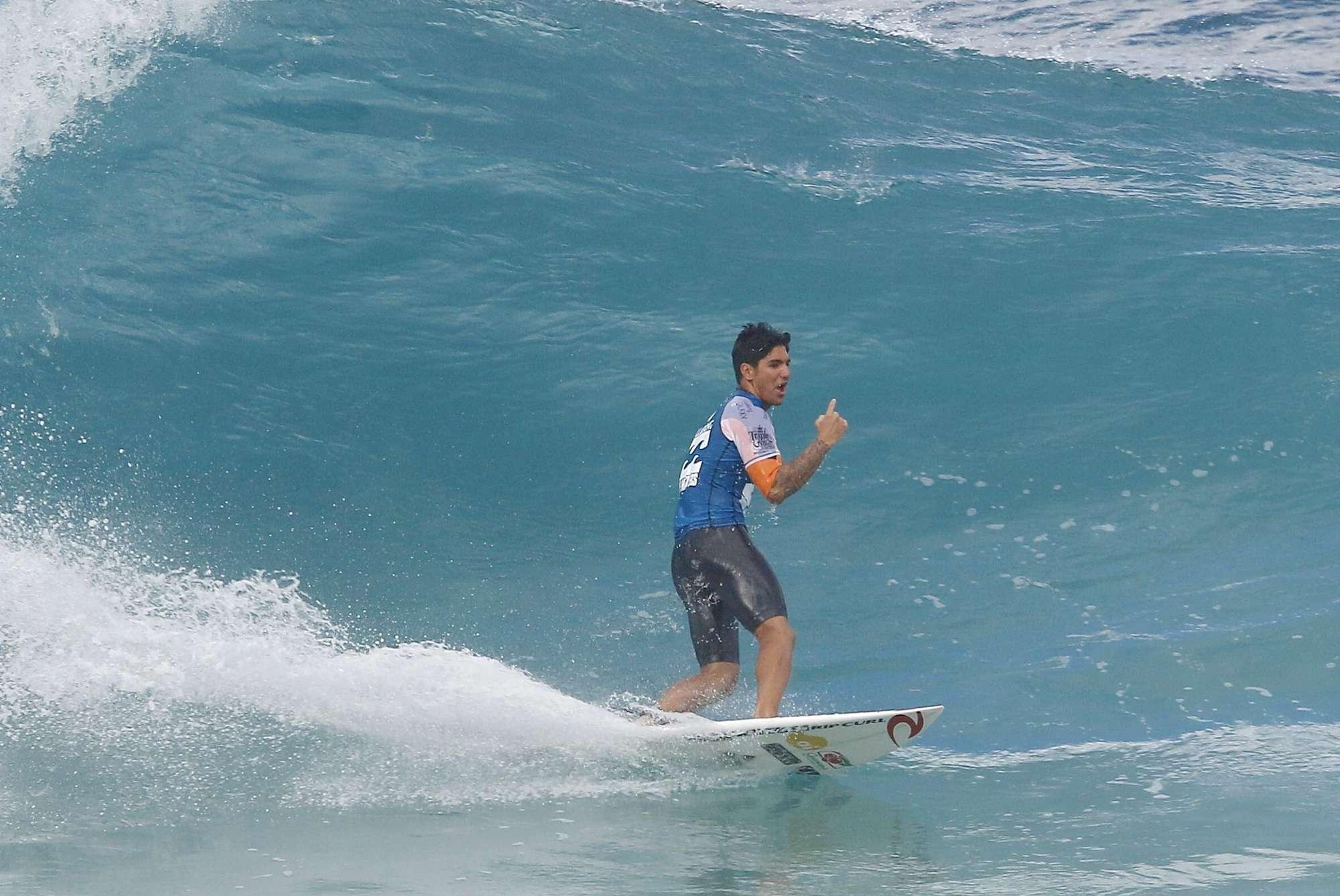 Gabriel Medina cai na água no Havaí em decisão por título mundial Foto: Thiago Bernardes/Frame