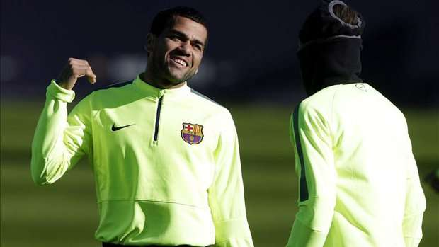 FC Barcelona's Brazilian players Dani Alves (L) and Neymar Jr., during a training session held at Joan Gamper Sports City in Barcelona, northeastern Spain, December 9, 2014. EFE/Alberto Estevez Foto: EFE en español