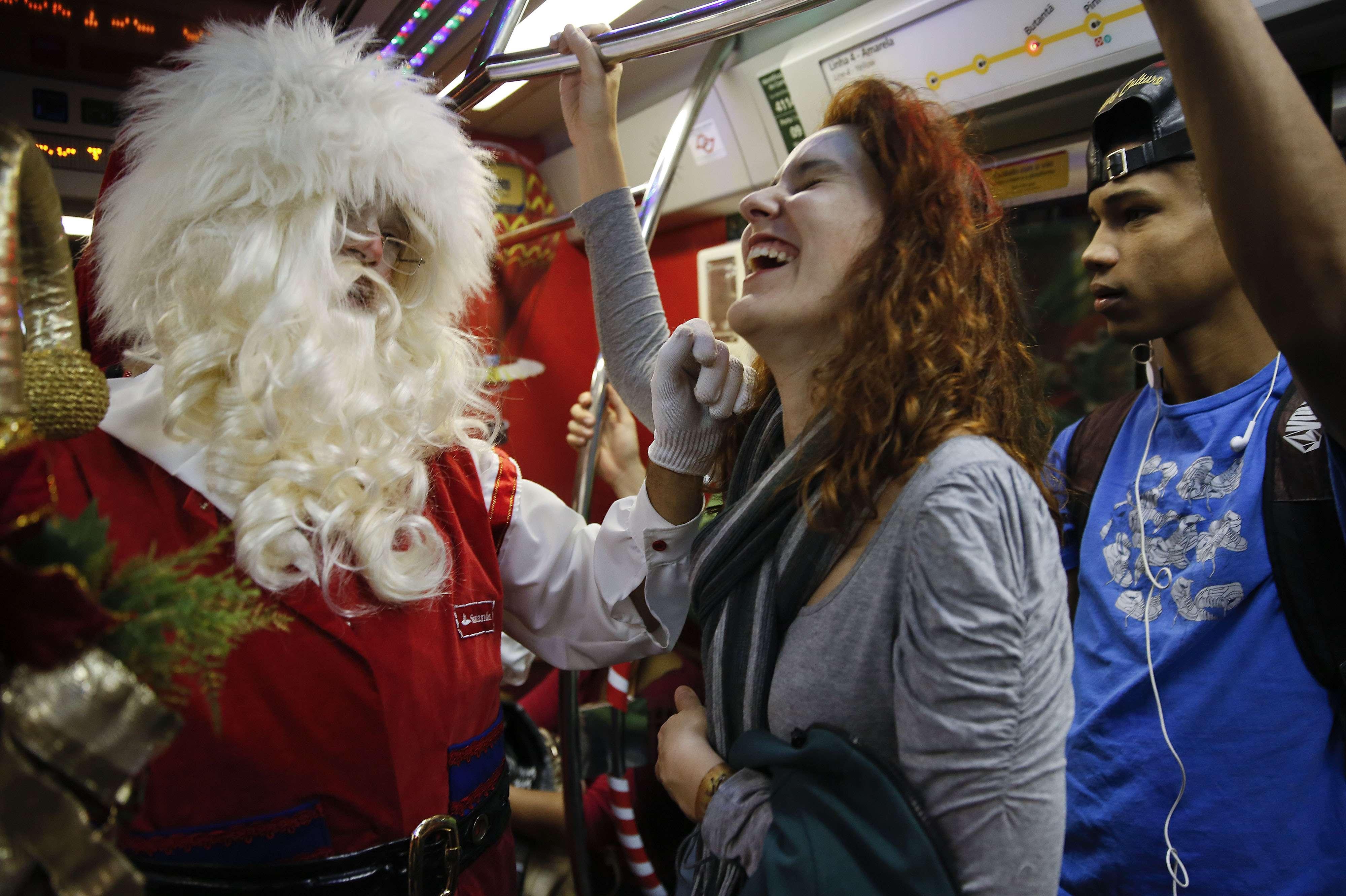 Santa Claus deja el trineo y prefiere llegar en Metro. Foto: Andre Penner/AP