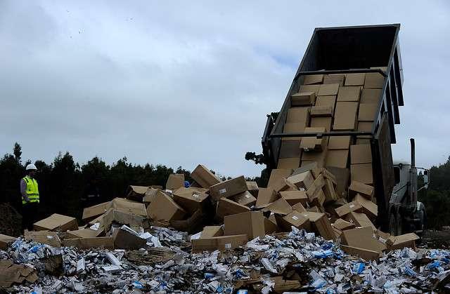 El subsecretario del Interior, Mahmud Aleuy estuvo presente en la destrucción de 21 toneladas de cigarrillos de contrabando que se realizó en el Vertedero El Molle. Camino La Pólvora. En el año 2014 se han decomisado 5 millones 130 mil cajetillas a nivel Nacional. Foto: Agencia UNO