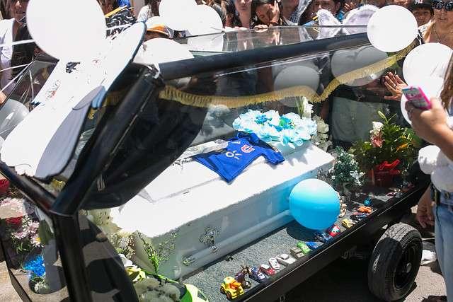 Karen Tejada (centro) estuvo acompaña el cortejo fúnebre de Mateo Riquelme desde la Capilla San Francisco de Asis hasta la Catedral de Calama. El niño de 2 años, habría muerto de un golpe que según los antecedentes habría sido propinado por su padrastro Cristian Riquelme, quien se encuentra en prisión preventiva. Foto: Agencia UNO