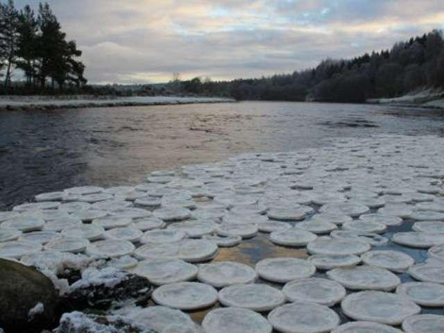 El río Dee lucía una fría mañana de este mes cubierto de lo que parecían cientos de panqueques o tortillas de hielo Foto: BBCMundo.com