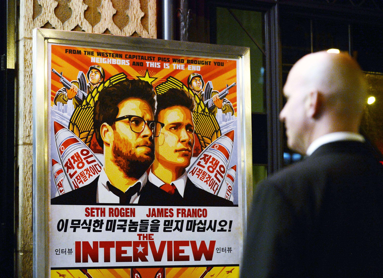 Cartaz do filme A Entrevista em Los Angeles, Califórnia Foto: Kevork Djansezian/Reuters