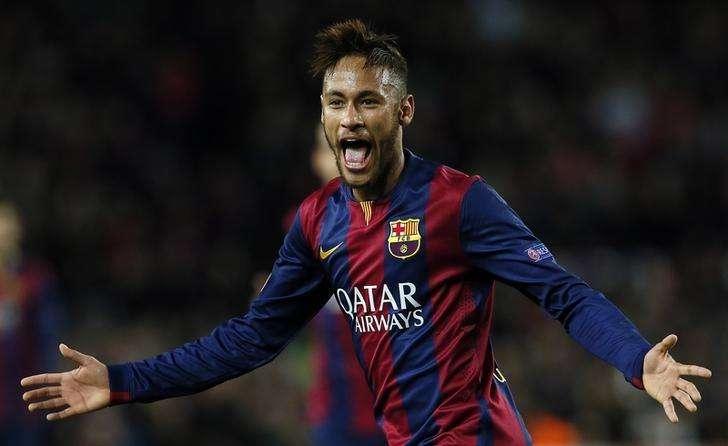 Jogador do Barcelona Neymar comemora após marcar gol contra o Paris St Germain em partida pela Liga dos Campeões, no estádio Camp Nou, em Barcelona. 10/12/2014. Foto: Albert Gea/Reuters