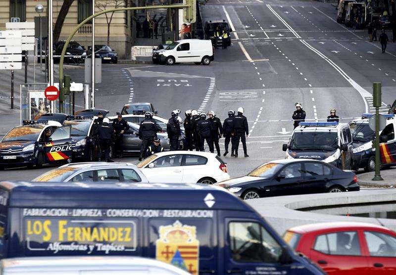 """Un empresario """"arruinado"""" estrelló su coche contra una sede del PP cargado con dos bombonas. Foto: EFE en español"""