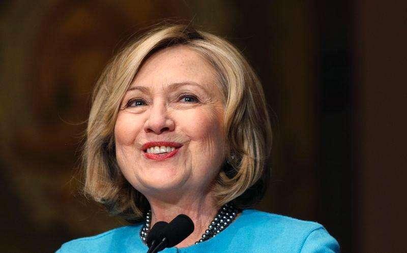 Hillary Clinton sonríe mientras toma la palabra en un evento realizado en Georgetown University en Washington. Imagen de archivo, 3 diciembre, 2014. Hillary Clinton, una potencial candidata para las elecciones presidenciales del 2016 en Estados Unidos, reconoce un regalo político cuando lo ve. Foto: Kevin Lamarque/Reuters