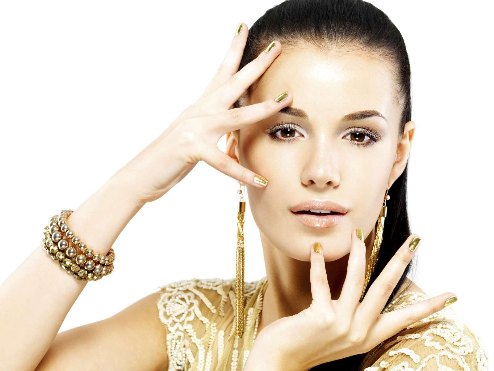 El oro es un color que hará brillar tus uñas como un accesorio. Foto: iStock