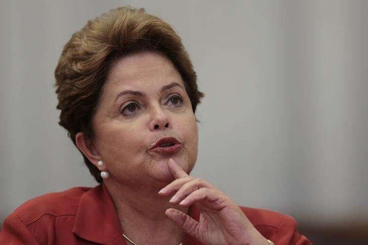 A presidente Dilma Rousseff exibe diploma presidencial ao lado do presidente do Tribunal Superior Eleitoral (TSE), ministro Dias Toffoli, durante cerimônia nesta quinta-feira em Brasília. 18/12/2014 Foto: Joedson Alves/Reuters