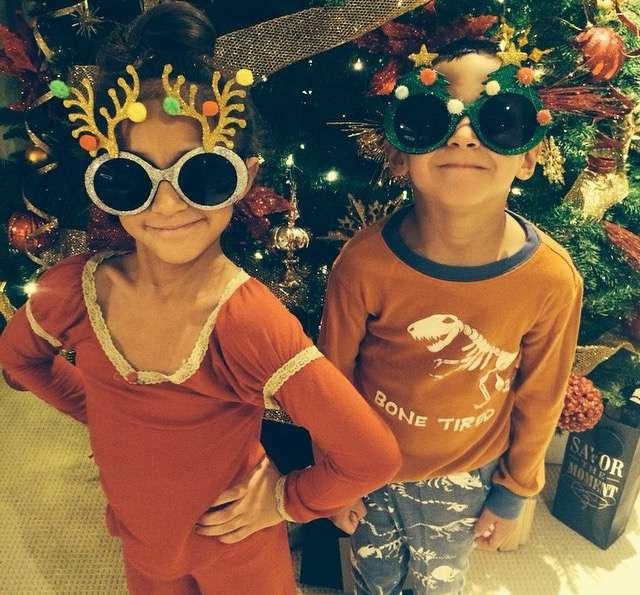 19 de diciembre de 2014 - A Jennifer López no le quedó de otra y se rindió ante la Navidad. La cantante publicó esta foto de sus hijos Max y Emme muy acorde a la temporada de fiestas diciendo que por más de que se resistió, al ver a sus gemelos, le fue imposible no celebrar con ellos. ¡Es un milagro de Navidad! Foto: Instagram