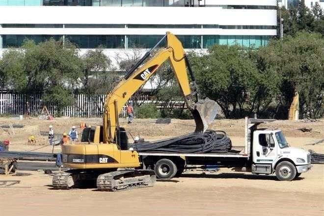 En la zona de construcción en Puebla ya hay maquinaria pesada que transporta materiales para la cimentación del Museo Internacional del Barroco. Foto: Reforma