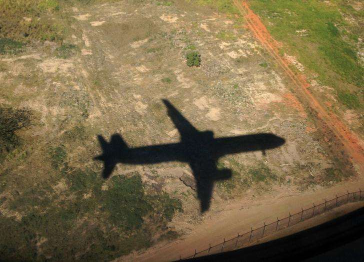 A TAM passenger jet casts a shadow on the ground as it descends to land in Sao Paulo June 30, 2014. In a project called 'on The Sidelines' Reuters photographers share pictures showing their own quirky and creative view of the 2014 World Cup in Brazil. Foto: Mike Blake (BRAZIL - Tags: SPORT SOCCER WORLD CUP SOCIETY TRANSPORT)/Reuters