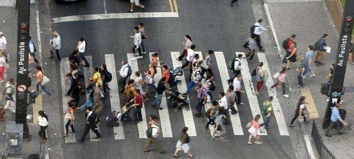 Personas cruzan en un paso peatonal en Avenida Paulista en el centro financiero de Sao Paulo. Imagen de archivo, 8 abril, 2014. La tasa de desempleo en Brasil, no ajustada estacionalmente, subió a un 4,8 por ciento en noviembre frente al 4,7 por ciento que registró en octubre, informó el viernes la agencia estatal de estadísticas IBGE. Foto: Paulo Whitaker/Reuters
