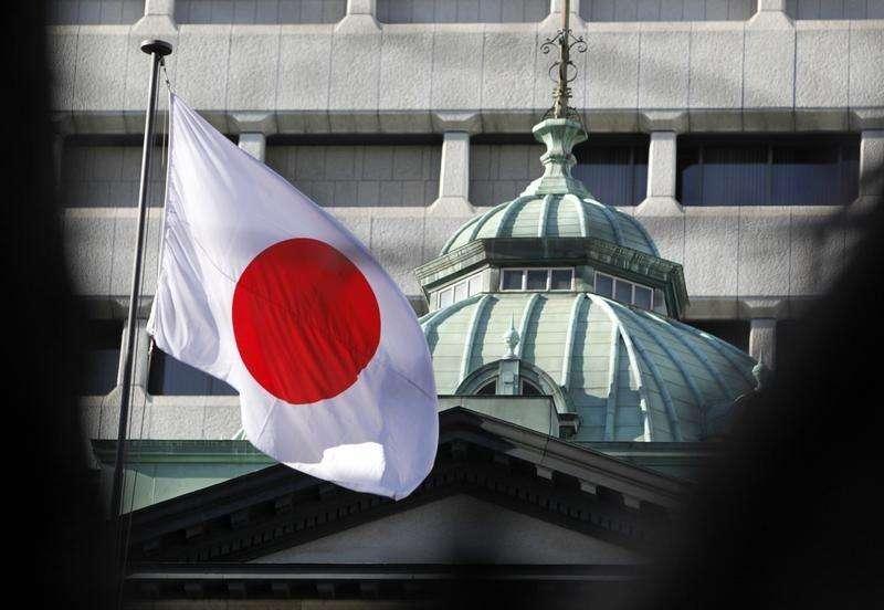 Una bandera nacional japonesa vista en la sede del Banco de Japón en Tokio. Imagen de archivo, 25 febrero, 2013. El Banco de Japón mantuvo su enorme estímulo monetario el viernes y ofreció una visión más brillante de la economía, aferrándose a la esperanza de que los esfuerzos conjuntos con el primer ministro, Shinzo Abe, para revitalizar la economía insten a las empresas a aumentar los salarios y la inversión. Foto: Yuya Shino/Reuters