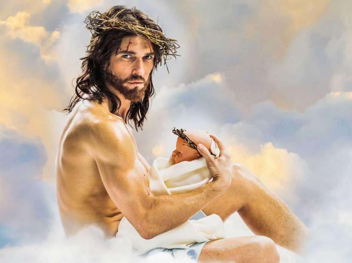 """Calendário com """"Jesus"""" é polêmico por fotos sensuais Foto: The Independent/Reprodução"""