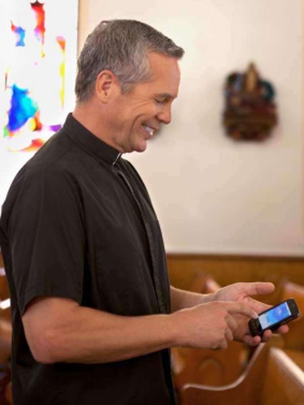 El joven cura -experto en tecnología- aseguró que el sistema de bloqueo no funciona fuera de la iglesia. Foto: Getty Images